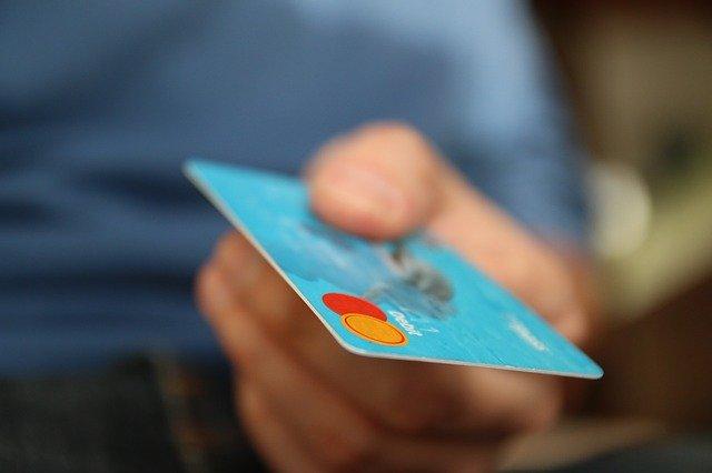 クレジットカードを持つ男性の手
